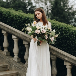 bridal portrait holding a beautiful bouquet