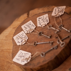 Rustic key escort card