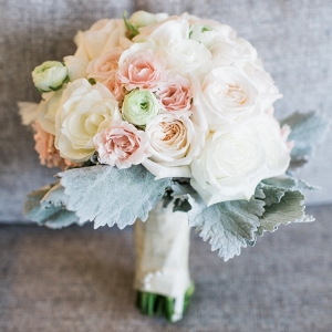 Neutral romantic wedding bouquet