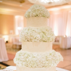 Classic wedding cake with hydrangea