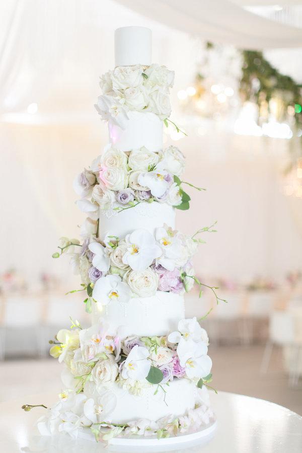 White wedding cake on Aisle Perfect
