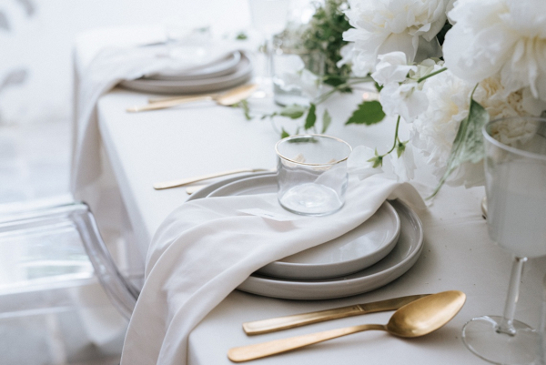 White and gold place setting on Bridal Musings