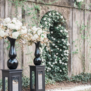 Glam urn ceremony decor