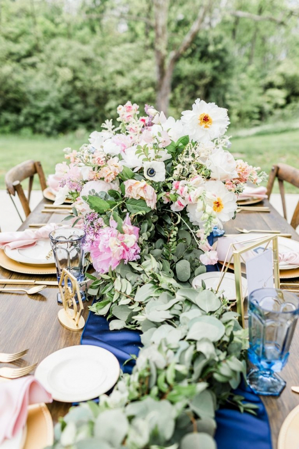 Pink, gold, and blue wedding table