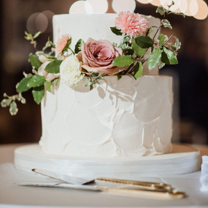Classic garden wedding cake with fresh flowers