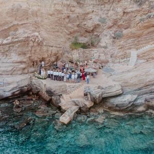 Wedding-Ceremony-on-The-Rocks-AliciaNacenta-Photography-on-Ellwed-47