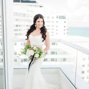 a2e88f3a005 Gold and white centerpiece  Glam bride ...