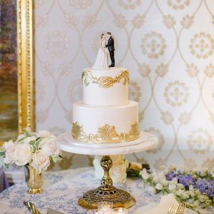 Elegant white and gold wedding cake
