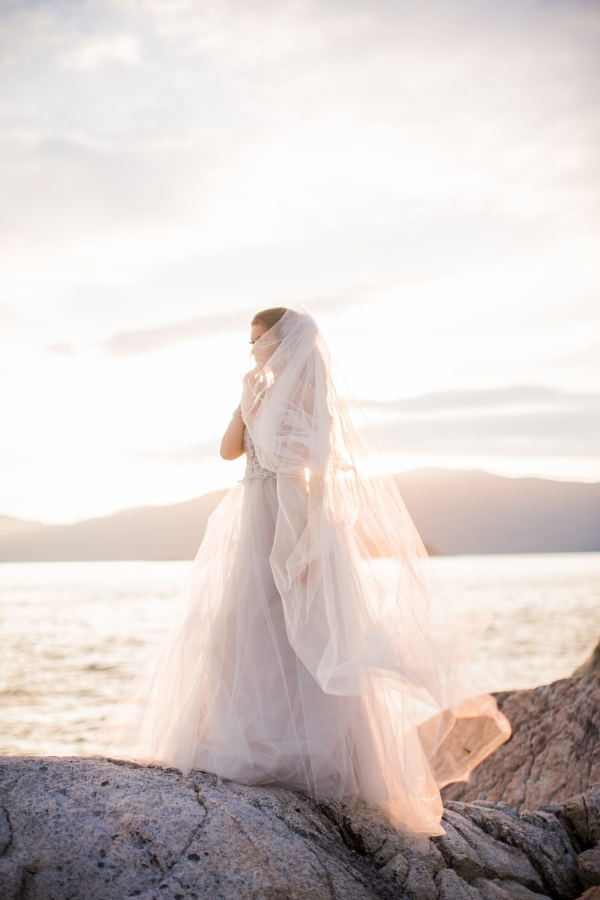 Dreamy And Elegant Bride In Tulle Gown With Cathedral Veil