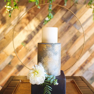 Modern wedding cake with circle backdrop