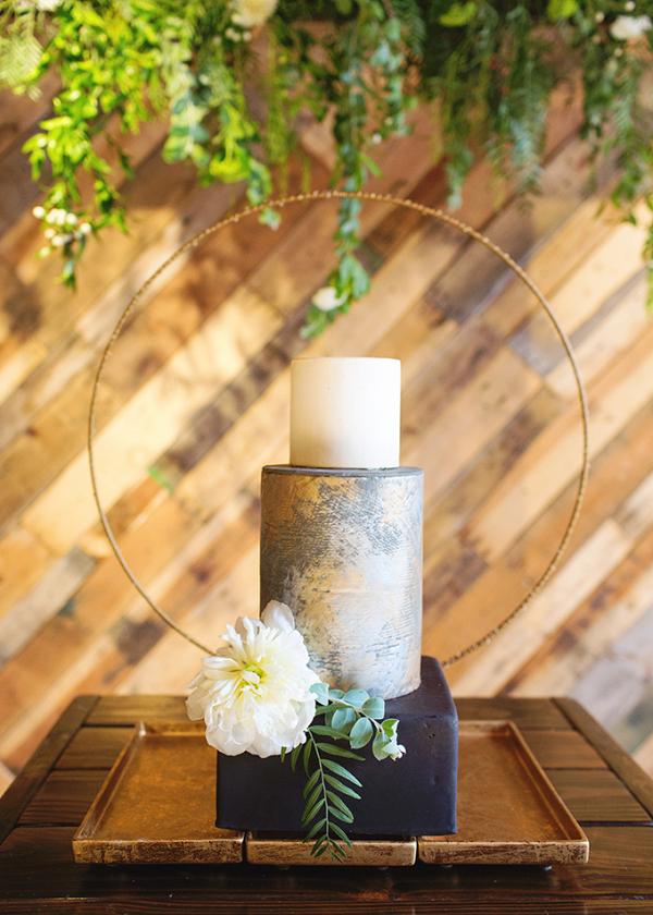 Modern wedding cake with circle backdrop