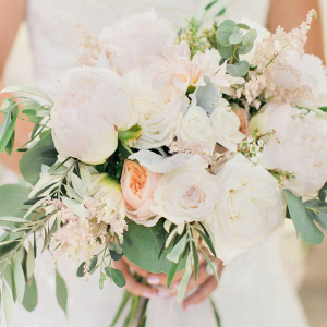 Chic-Backyard-Garden-Wedding-Bride-soft-romantic-bouquet