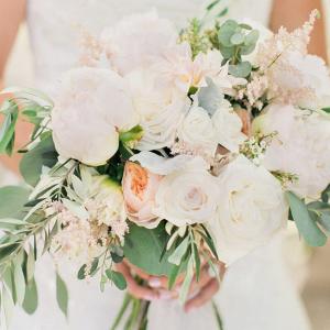 Chic-Backyard-Garden-Wedding-Bride-soft-romantic-bouquet