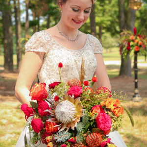 Fall-Barn-Wedding-Inspiration-Red-Orang-wedding-Bouquet
