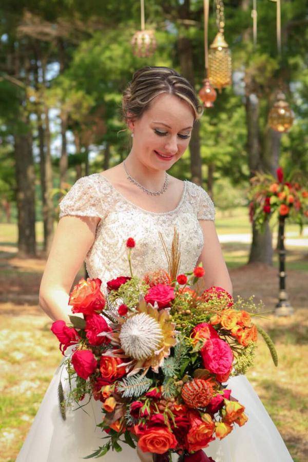 Fall-Barn-Wedding-Inspiration-Red-Orang-wedding-Bouquet