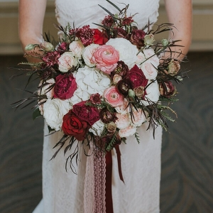 Romantic-Elegant-Wedding-Inspiration-red-pink-bouquets