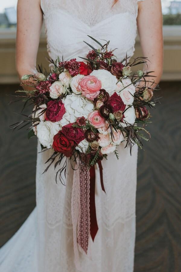 Romantic-Elegant-Wedding-Inspiration-red-pink-bouquets