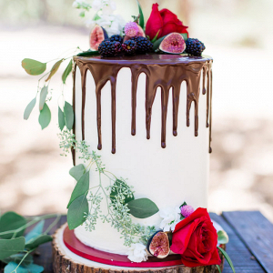 White drip cake with figs and roses