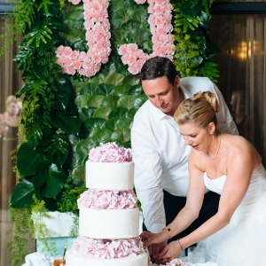 Tropical wedding cake cutting