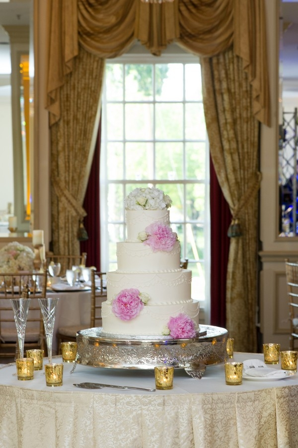 Classic 4-tier white wedding cake with flowers