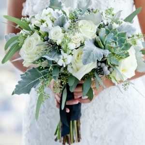 Elegant bouquet with succulents and roses