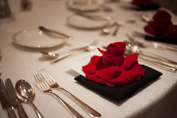 Red rose place setting