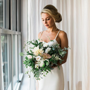 Minimalist bride with a neutral-hued bouquet