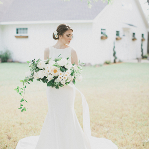 Elegant Southern bride with a wild-looking bouquet