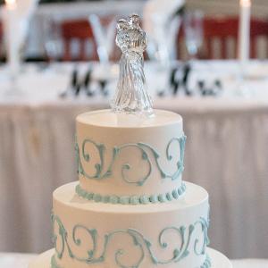 Classic white and blue wedding cake