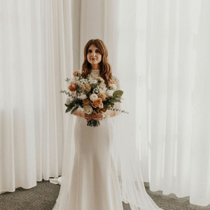 Modern bride with peach bouquet