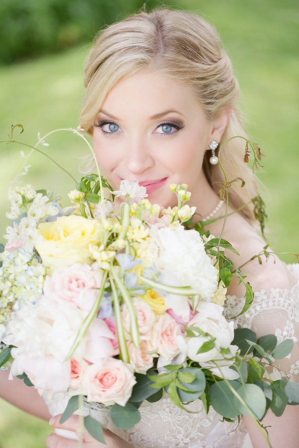 Blonde bride with pastel bouquet